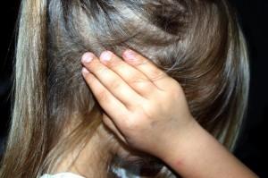 Enfant qui se ferme les oreilles