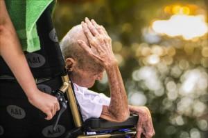 Personne âgée_chaise roulante