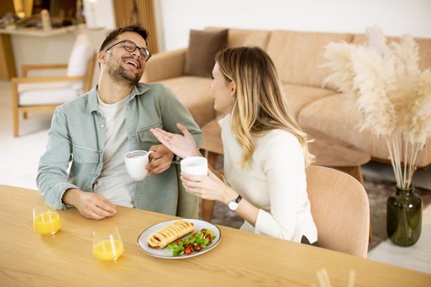 https://image.freepik.com/photos-gratuite/beau-jeune-couple-parlant-souriant-tout-mangeant-sainement-maison_52137-35439.jpg