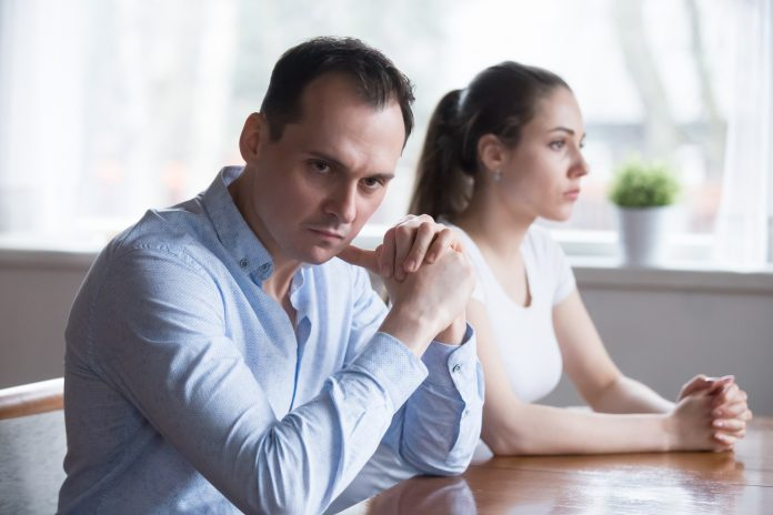 https://www.shutterstock.com/fr/image-photo/stubborn-couple-avoid-looking-each-other-1173702415