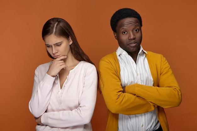 https://image.freepik.com/photos-gratuite/deux-collegues-ethnies-differentes-desaccord-question-commerciale-guy-afro-americain-regard-grincheux-croisant-bras-sa-poitrine-ne-parlant-pas-femme-race-blanche-pensive-inquiete_343059-1530.jpg