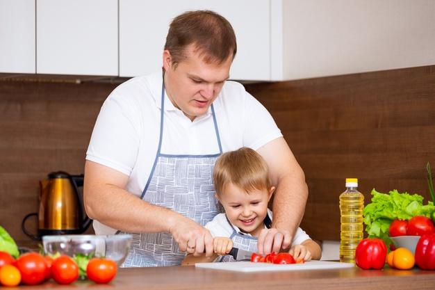 https://image.freepik.com/photos-gratuite/pere-heureux-jeune-fils-preparent-salade-dans-cuisine-legumes-mon-pere-m-apprend-couper-tomates-tableau-noir-concept-regime-alimentaire_78492-3805.jpg