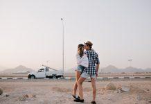 https://image.freepik.com/photos-gratuite/svelte-jolie-femme-chemise-blanche-vintage-veut-embrasser-son-petit-ami-debout-pointe-pieds-sous-ciel-gris-beau-couple-amoureux-etreignant-devant-voiture-beneficie-vue-imprenable-nature-soiree_197531-2910.jpg