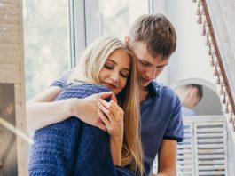 https://image.freepik.com/photos-gratuite/couple-amoureux-assis-fenetre-regard-aimant-doux-emotion-positive-visages-souriants-couple-etreignant-se-regardant-homme-femme-s-aiment_91497-2696.jpg