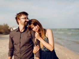 https://image.freepik.com/photos-gratuite/couple-elegant-amoureux-marchant-plage-du-soir-ensoleillee-femme-heureuse-embarrassant-son-mari_273443-2891.jpg