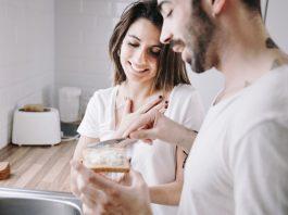 https://image.freepik.com/photos-gratuite/homme-faisant-petit-dejeuner-pour-femme-reconnaissante_23-2147742368.jpg