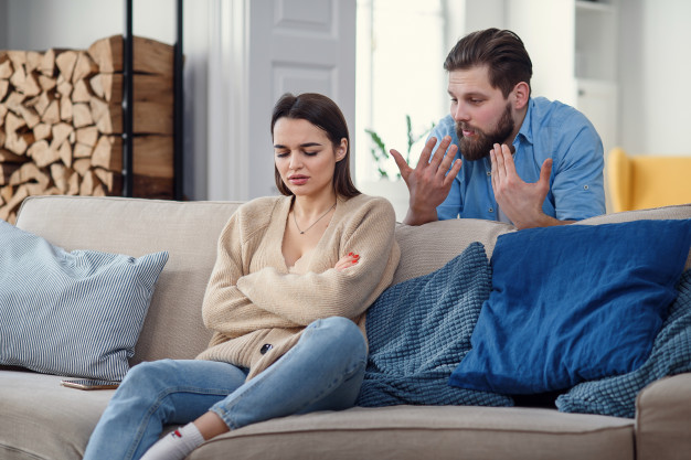 https://image.freepik.com/photos-gratuite/femme-colere-offensee-est-assise-canape-maison-apres-dispute-son-mari-mariage-brise_141188-3618.jpg