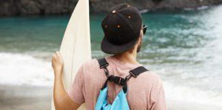https://image.freepik.com/photos-gratuite/jeune-touriste-planche-surf-debout-bord-mer-regardant-ocean-bleu-face-lui_273609-1517.jpg