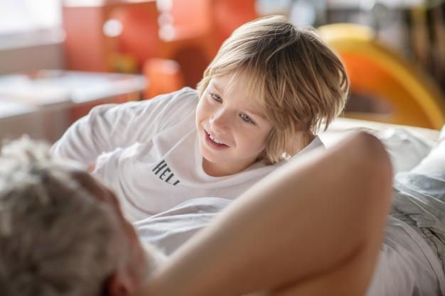 https://image.freepik.com/photos-gratuite/comprehension-enfant-souriant-credule-chemisier-blanc-communiquant-papa-qui-est-allonge-maison-lit-son-dos-camera_259150-11779.jpg