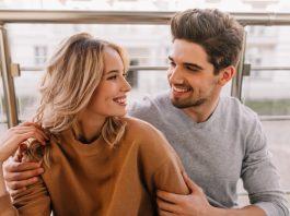 https://image.freepik.com/photos-gratuite/heureux-gars-embrassant-sa-petite-amie-portrait-couple-caucasien-souriant-aux-autres_197531-12246.jpg