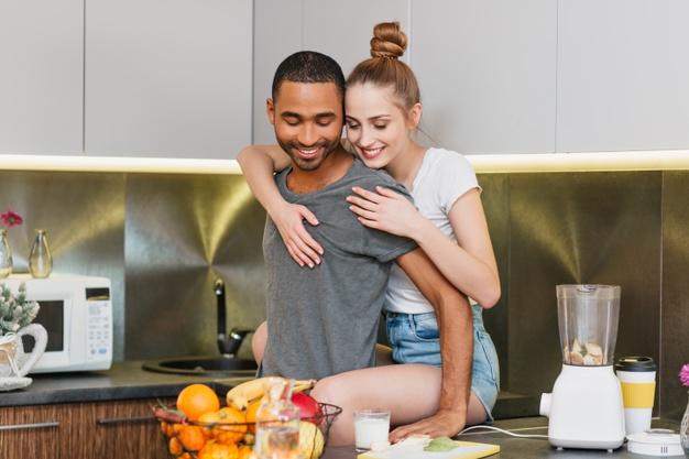 https://image.freepik.com/photos-gratuite/amoureux-etreignant-dans-cuisine-ambiance-amoureuse-couple-flirtant-dans-vetement-maison-yeux-doux-relation-chaleureuse_197531-1621.jpg