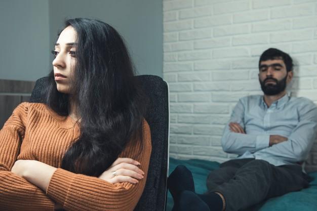 https://image.freepik.com/photos-gratuite/homme-triste-femme-assise-dans-son-lit_218381-3090.jpg