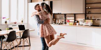 https://image.freepik.com/photos-gratuite/homme-femme-dansant-dans-interieur-moderne_158595-5855.jpg