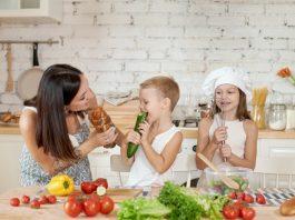 https://image.freepik.com/photos-gratuite/famille-prepare-dejeuner-dans-cuisine-maman-apprend-sa-fille-son-fils-preparer-salade-legumes-frais-aliments-naturels-sains-vitamines-pour-enfants_91497-4774.jpg