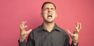 https://image.freepik.com/photos-gratuite/jeune-bel-homme-chemise-grise-criant-bras-leves-colere-fou-fou-debout-mur-rose_141793-52844.jpg