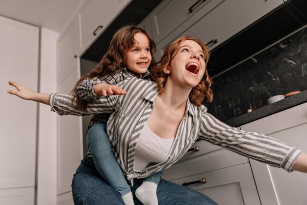 https://image.freepik.com/photos-gratuite/enfant-sexe-feminin-aime-jouer-sa-mere-souriant-femme-fille-s-amusant-dans-cuisine_197531-14771.jpg