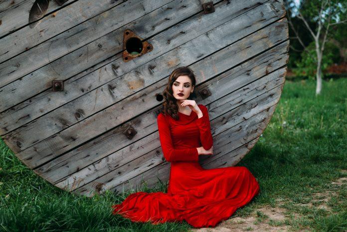 https://image.shutterstock.com/image-photo/beautiful-romantic-young-woman-by-600w-421323736.jpg