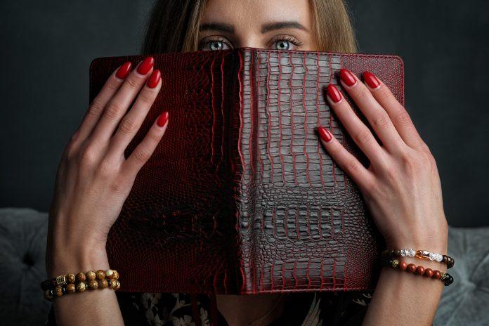 https://image.shutterstock.com/image-photo/stylish-bracelets-on-her-hands-600w-1730728984.jpg
