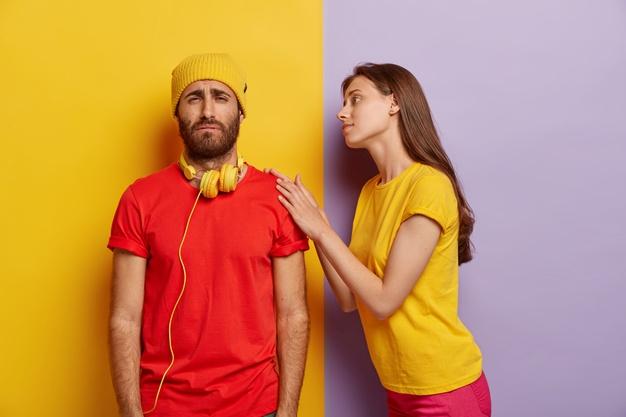 https://image.freepik.com/photos-gratuite/photo-homme-mal-rase-triste-problemes-porte-chapeau-jaune-t-shirt-rouge-sourit-mecontentement-petite-amie-attentionnee-touche-son-epaule-essaie-se-calmer-aider-dans-situation-difficile_273609-31099.jpg