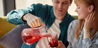 https://image.freepik.com/photos-gratuite/jeune-homme-galant-verse-boisson-jus-sucre-dans-verres-pour-femmes_183219-3222.jpg