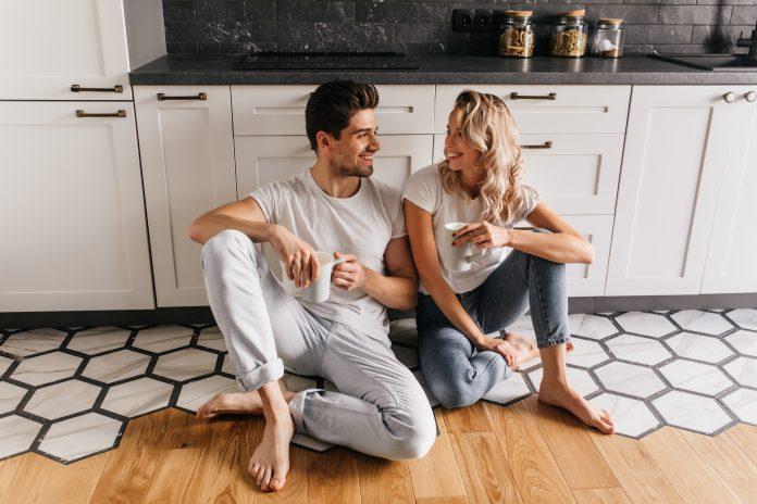 https://www.shutterstock.com/fr/image-photo/lovely-girl-jeans-sitting-on-floor-1285743259